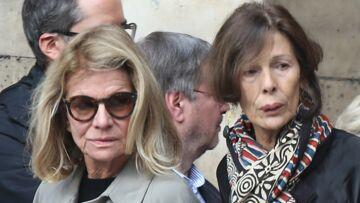 PHOTOS – Nicole Garcia très émue aux obsèques de Jean Rochefort, au bras de leur fils Pierre Rochefort