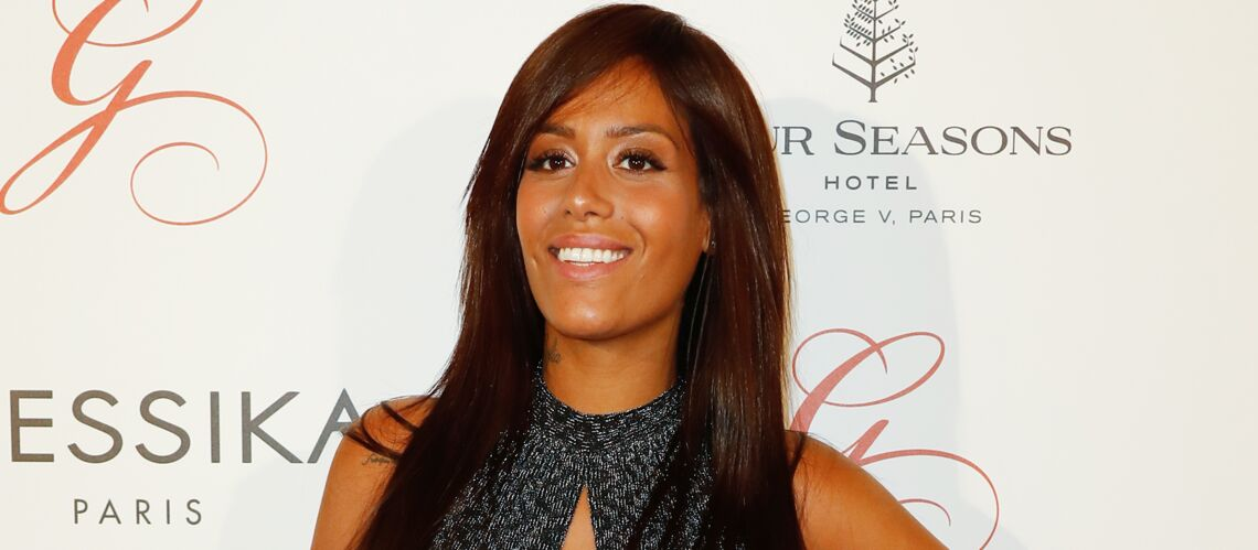 PHOTO – Amel Bent sexy et enceinte face à son miroir
