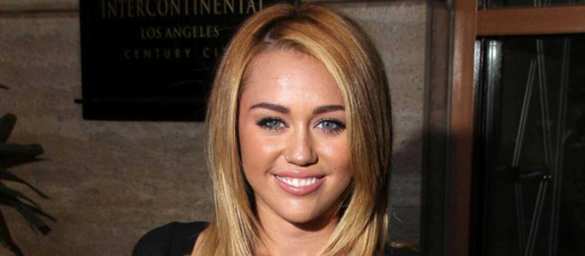 Miley Cyrus s'aime en blonde