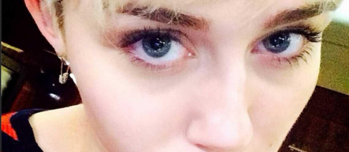 Photos – Miley Cyrus, un chat dans la bouche