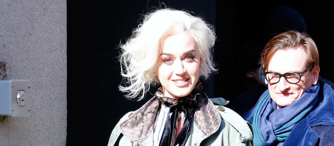 PHOTOS – Katy Perry, en blond platine, se prend pour Mary­lin Monroe