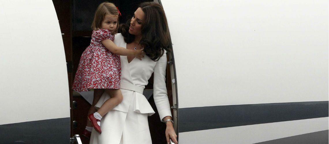 PHOTOS – Kate Middleton fait sensation en tailleur blanc immaculé pour son arrivée en Pologne
