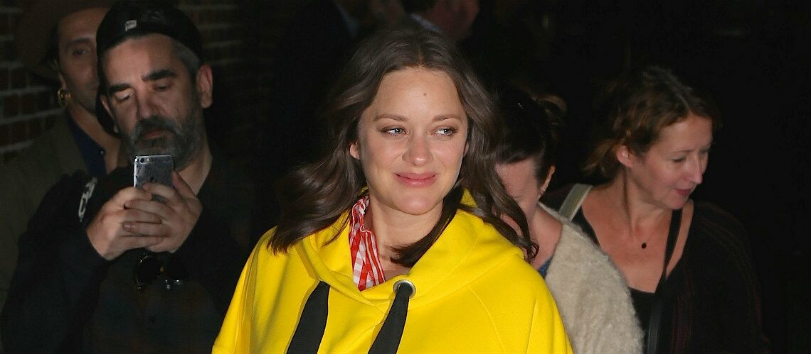 PHOTOS – Marion Cotillard, décon­trac­tée, ose la robe-sweat jaune pous­sin à New York