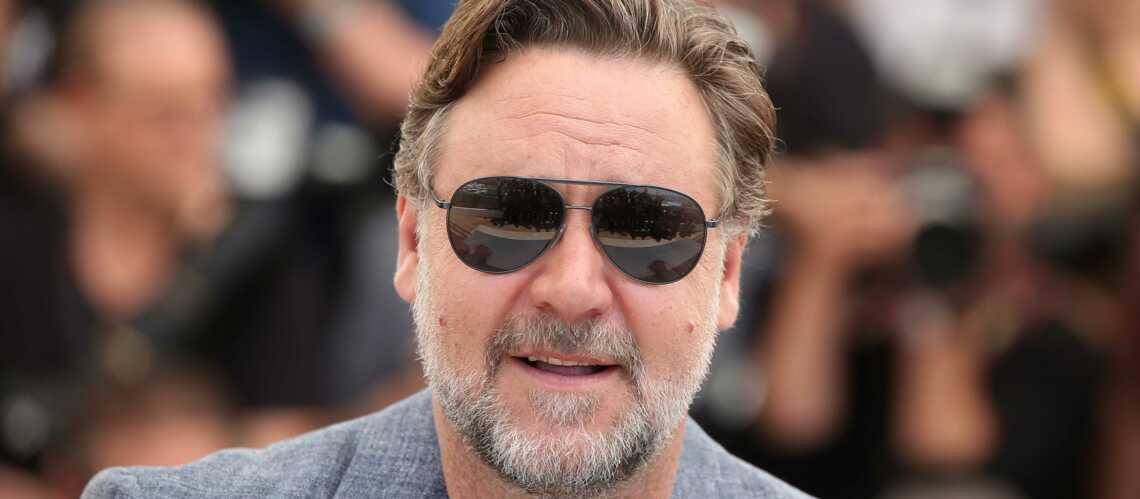 """Russell Crowe sous le choc: une chanteuse menace """"de poignarder à la gorge"""" les invités de l'acteur lors d'un dîner"""