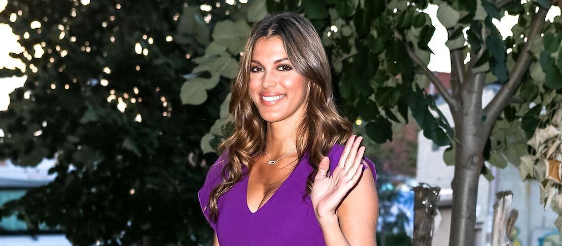 PHOTOS – Iris Mittenaere, superbe dans sa robe violette moulante et décolletée en visite dans une entreprise française à New York