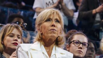 PHOTOS – Brigitte Macron, en total look blanc, séduit la foule au meeting de son mari à Bercy