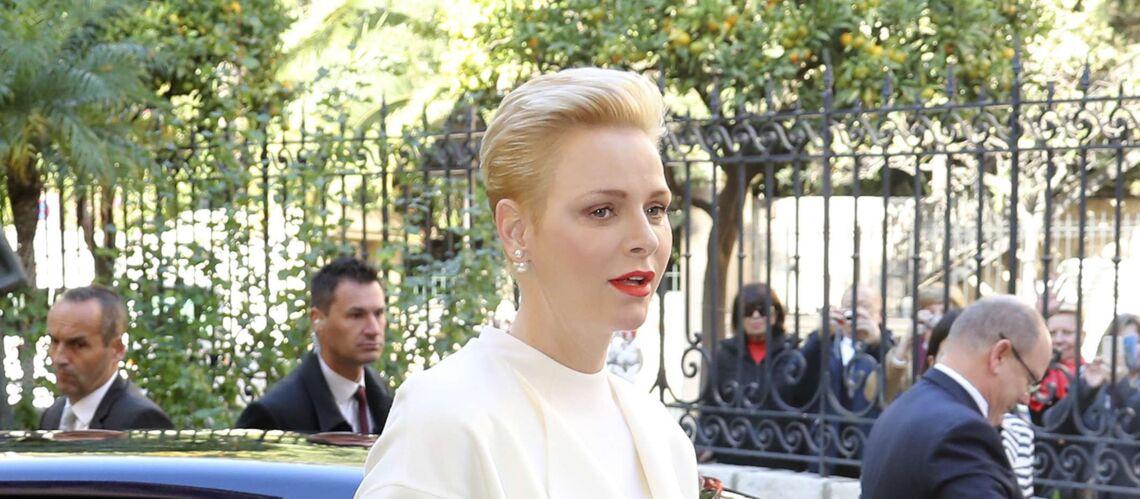 PHOTOS – Charlène de Monaco, en tenue virginale, distribue des cadeaux de Noël