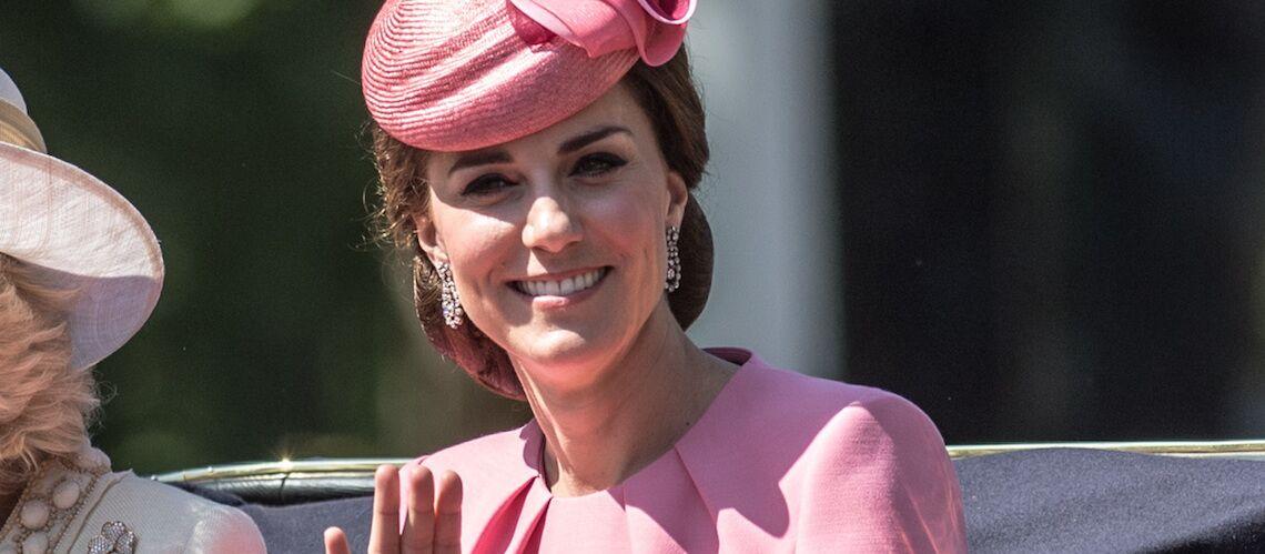 PHOTOS – Pourquoi la robe rose de Kate Middleton fait jaser