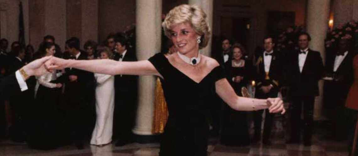 Photos – Les robes de la princesse Diana affolent les enchères
