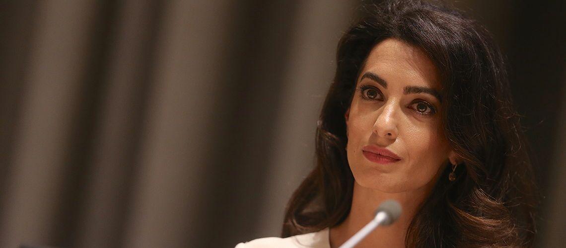 PHOTO – Amal Clooney: superbe en robe jaune, la nouvelle maman profite d'une soirée sans ses jumeaux