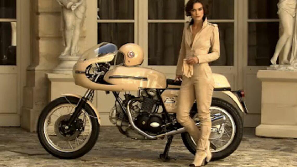 Vidéo – Keira Knightley, fan de Karl Lagerfeld