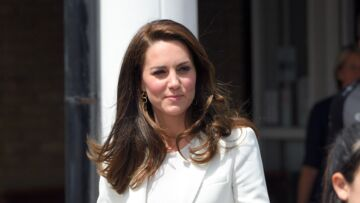 PHOTOS – Kate Middleton: blazer blanc, pantacourt et petits talons, son look vintage à petits prix