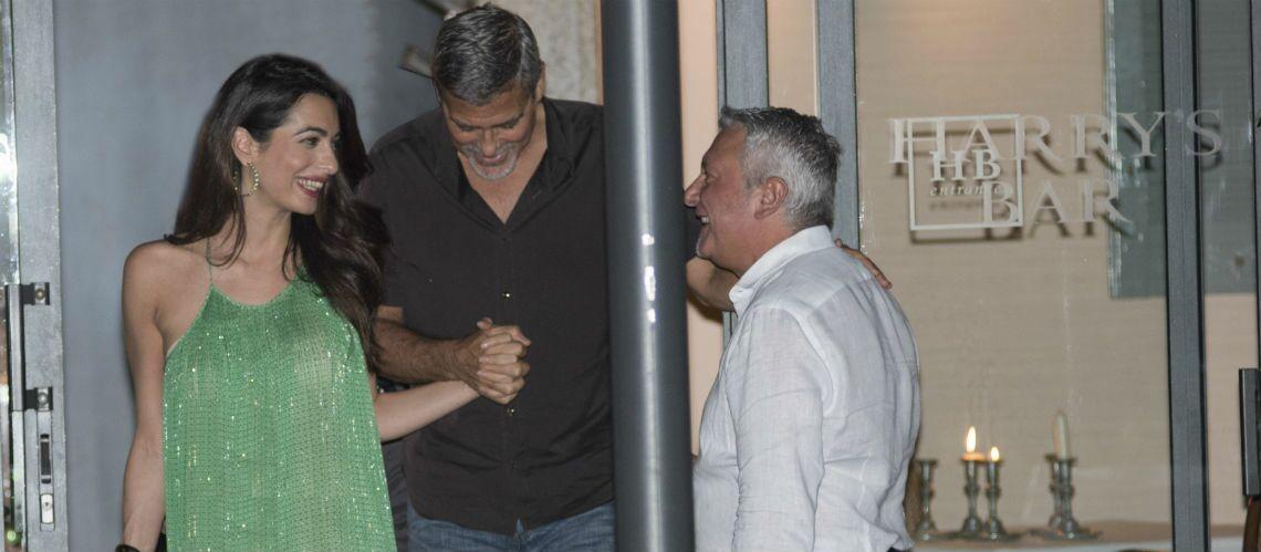 PHOTOS – Amal Clooney, la jeune maman de jumeaux, sublime en robe fluide verte pour diner avec George Clooney