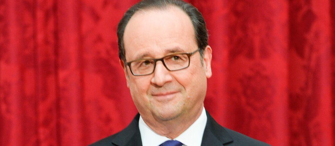 Au salon du Livre, François Hollande reçoit un exemplaire de Gaston Lagaffe