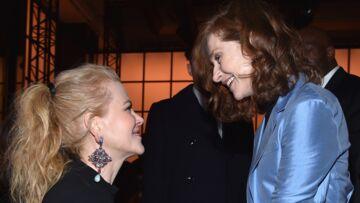 PHOTOS – Nicole Kidman joue la sérénade à Isabelle Huppert au défilé Giorgio Armani Privé