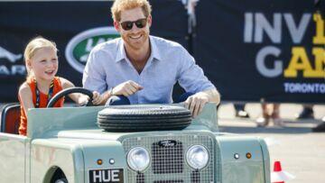 PHOTO –Le prince Harry joue les pilotes de luxe pour une chanceuse petite fille aux Invictus Games