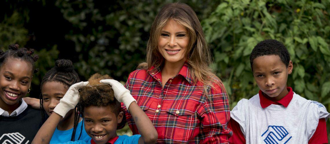 PHOTOS – Melania Trump, en chemise à carreaux, gants et basket, jardine à la Maison Blanche