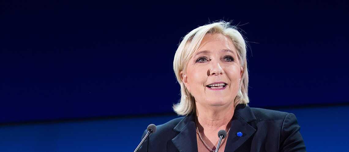 PHOTO: Marine Le Pen accro à la cigarette électronique… la candidate FN ferait-elle attention à sa ligne?