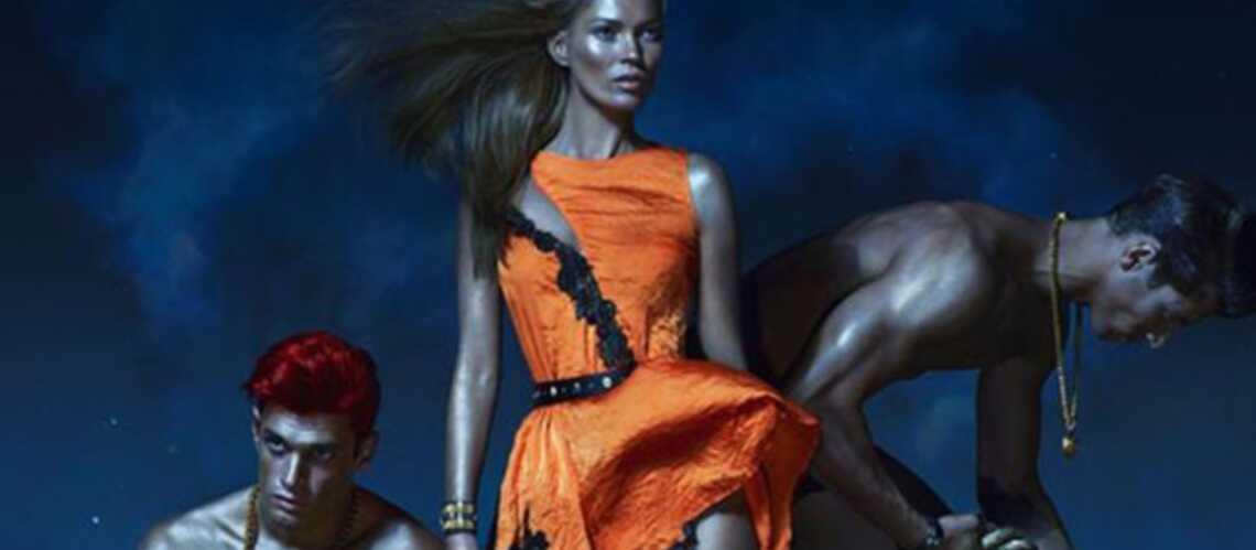 Kate Moss, déesse cuivrée pour Versace