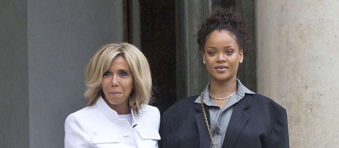 PHOTOS – Brigitte Macron: en veste militaire et slim en jean, elle accueille Rihanna avant sa rencontre avec Emmanuel Macron