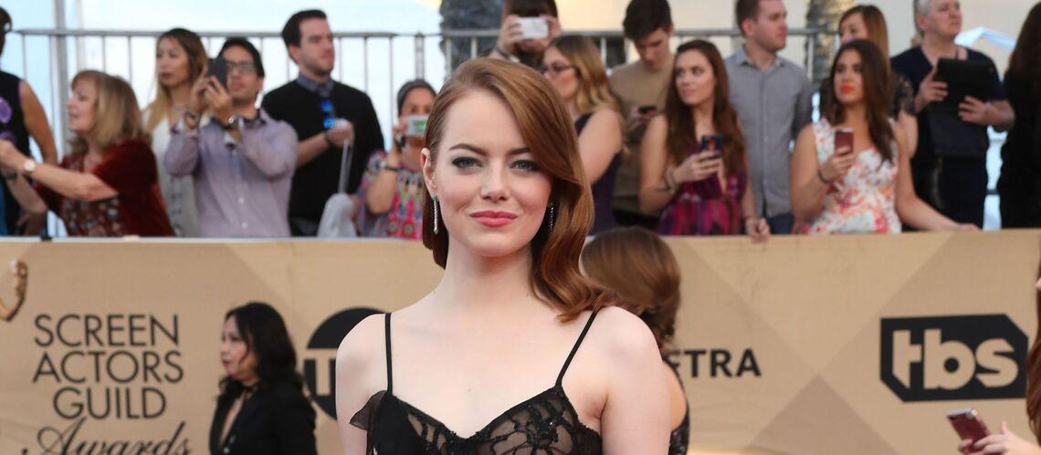 PHOTOS – Emma Stone ose la robe transparente en dentelle aux SAG Awards