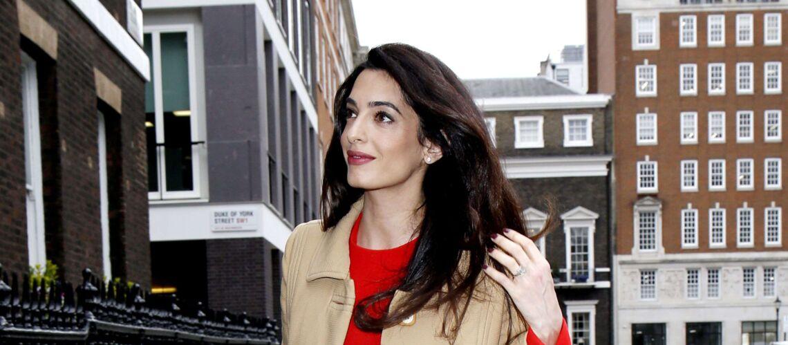 PHOTOS – Amal Clooney enceinte: elle continue de travailler, toute en élégance et style